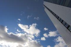 Palazzo multipiano e nubi Fotografie Stock Libere da Diritti