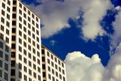 Palazzo multipiano nelle nubi Fotografie Stock