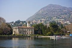 Palazzo nel lago Como, Italia Immagine Stock