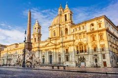 Palazzo Pamphili, la iglesia del ` Agnese de Sant en Agone y la fuente de los cuatro ríos en la plaza Navona imagenes de archivo