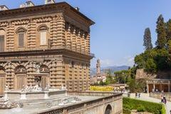 Palazzo Pitti och springbrunnen, Florence i Italien arkivfoton