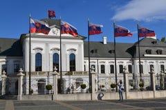 Palazzo presidetial slovacco e bandiere Fotografia Stock Libera da Diritti