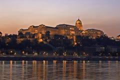Palazzo reale ungherese alla notte fotografia stock