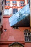 Palazzo rosso dalla vista laterale con il tunnel di vetro fotografia stock libera da diritti
