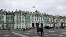 Palazzo russo di inverno a St Petersburg, Russia con la bandiera russa fotografia stock libera da diritti