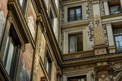 Palazzo Sciarra Ga的华丽地被绘的和装饰的门面 免版税库存照片