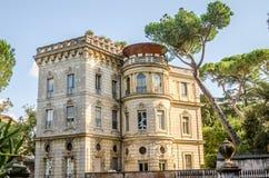 Palazzo storico antico della casa della costruzione con le finestre negli alberi vicino alla piazza Garibaldi a Roma, Italia Fotografia Stock Libera da Diritti