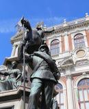 Palazzo storico della città di Torino con la statua equestre bronzea Fotografia Stock