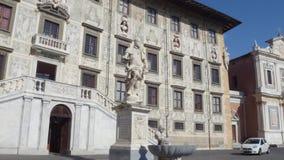 Palazzo stupefacente al quadrato di Cavalieri a Pisa - l'università del palazzo di Carovana - la Toscana stock footage