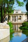 Palazzo sull'isola nel parco reale dei bagni di Warsaw's Immagini Stock