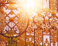 Palazzo tramite i cancelli dorati in Tsarskoe Selo, Pushkin, Russia Alone leggero di Sun modificato fotografia stock libera da diritti