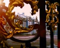Palazzo tramite i cancelli dorati in Tsarskoe Selo, Pushkin, Russia Alone leggero di Sun modificato Fotografie Stock