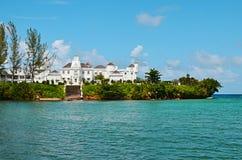 Palazzo tropicale dell'isola dal mare Immagine Stock