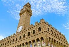 Palazzo und Wolken Stockbild