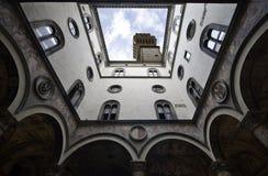 Palazzo Vecchio inom borggård royaltyfria bilder
