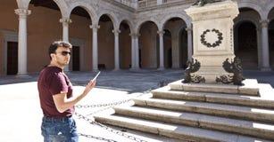 Palazzo visualizzante turistico adulto immagine stock libera da diritti