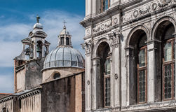 Palazzodei Camerlenghi en campanile van San Giacomo di Rialto Stock Foto's