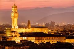Palazzoen Vecchio och den historiska mitten av Florence på solnedgången royaltyfria bilder
