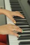 Palce bawić się elektroniczne fortepianowe klawiatury Zdjęcia Royalty Free
