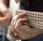 Palce bawić się gitarę zdjęcia royalty free