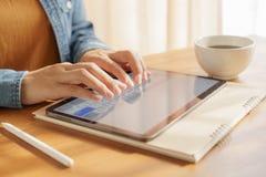 Palce kobieta pisać na maszynie na pastylce ja jest rzeczy nowoczesna technologia innowacją zdjęcie stock