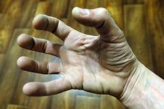 Palce mężczyzna ` s ręka dziwnie zginają Facet chce brać coś obraz stock