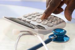 Palce naciska na kalkulator klawiaturze Zdjęcie Royalty Free