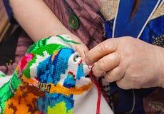 Palce starsza kobieta haftują Clouse up zdjęcie stock