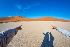 Palce wskazuje sceniczne piasek diuny Sossusvlei, Namib Naukluft park narodowy, Namibia, Afryka Przygoda i eksploracja Fotografia Royalty Free