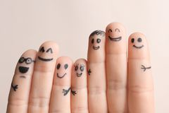 Palce z rysunkami szczęśliwe twarze obrazy stock