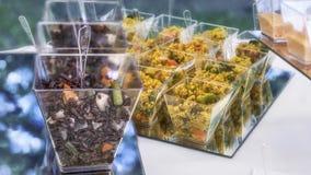 Palcowego jedzenia cous cous z warzywami Zdjęcia Royalty Free