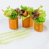 Palcowego jedzenia marchwiana sałatkowa rolka Zdjęcia Stock
