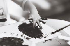Palcowego ręki dziecka blackandwhite farba obraz stock