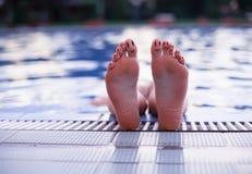 Palcowi smileys relaksuje na stronie pływacki basen Obraz Stock