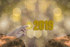 Palcowy dotyk początku guzik Zaczynać 2019 świetlistość temat złoto, szczęśliwy nowy rok z błyskać złotego lekkiego bokeh, i obrazy stock