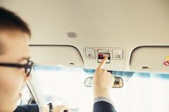 Palcowy naciskowy nagłego wypadku sos guzik kontakt z centrum telefonicznym pytać dla pomocy zdjęcia stock