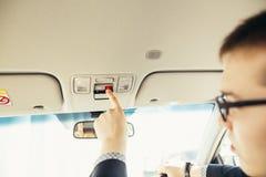 Palcowy naciskowy nagłego wypadku sos guzik kontakt z centrum telefonicznym pytać dla pomocy obrazy stock