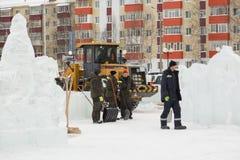 Pale dei lavoratori per rimuovere la neve sulla città del ghiaccio immagine stock