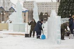 Pale dei lavoratori per rimuovere la neve sulla città del ghiaccio fotografia stock