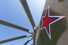 Pale del rotore di un elicottero di trasporto pesante e di un segno militari sotto forma di stella sulla fusoliera fotografia stock libera da diritti