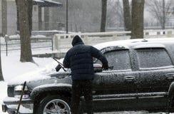 Pale dell'uomo per liberare automobile da neve fotografia stock libera da diritti