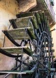 Pale di legno di vecchio mulino a acqua fotografie stock