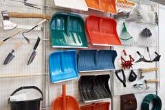 Pale di plastica e l'altro prodotti per la casa in deposito fotografie stock