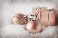 Pale Pink Christmas Decorations i snö Fotografering för Bildbyråer