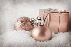 Pale Pink Christmas Decorations im Schnee Stockbild