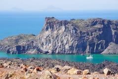 Palea Kameni海岛看法从火山的在Sant附近的卡美尼岛 库存图片