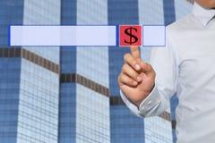 Palec biznesmena dotyk technologia czerwony guzik symbol i Zdjęcie Stock