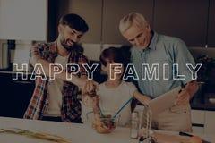 Palec na pastylce dinner szczęśliwa rodzina Sałatka chłopcy fotografia royalty free