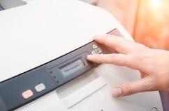 Palec na początku guziku drukarka laserowa Zdjęcia Stock