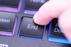 Palec naciska końcówka klucz na klawiaturze Zdjęcie Royalty Free